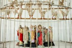 """""""Infierno"""", de la serie """"Ideas para infiernos"""", 2004  Jaula con palomas de plástico y figuras de santos  34 x 75,5 x 30 cm  Colección familia Ferrari"""