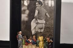 """""""Espectáculo"""", 2003  Fotografía, figuras de plástico de """"La última cena""""  53,3 x 40 x 17,3 cm  Colección Familia Ferrari"""