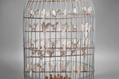 """""""Infierno"""", de la serie Ideas para infiernos, 2000  Jaula con palomas de plástico y figuras de santos  80 x 45,5 cm  Colección familia Ferrari"""